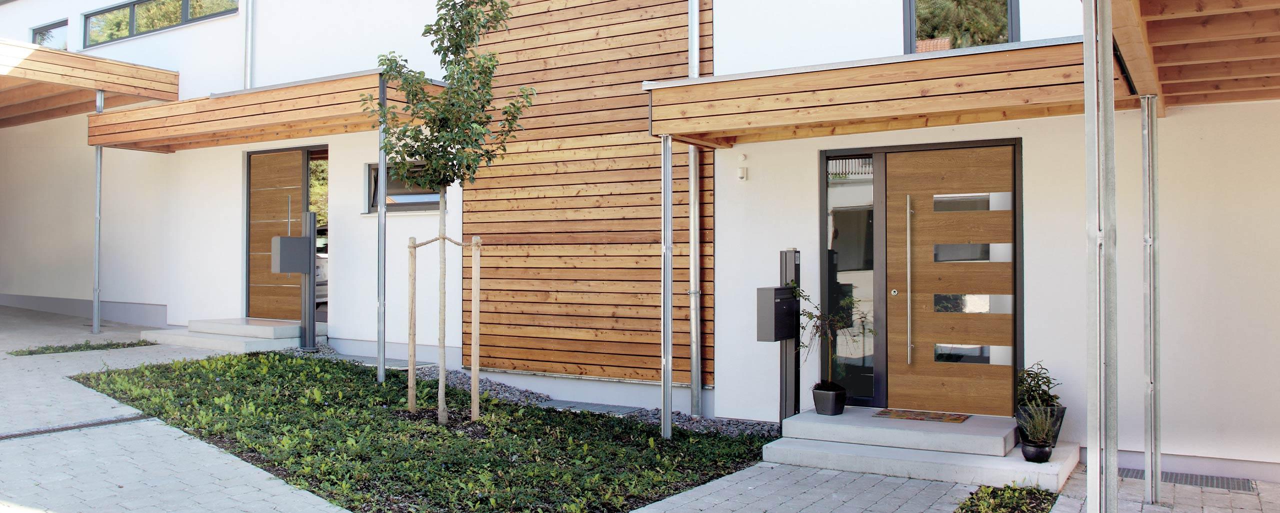 Moderne Haustüren mit Seitenteil aus Glas von BWE in Unterschleißheim.