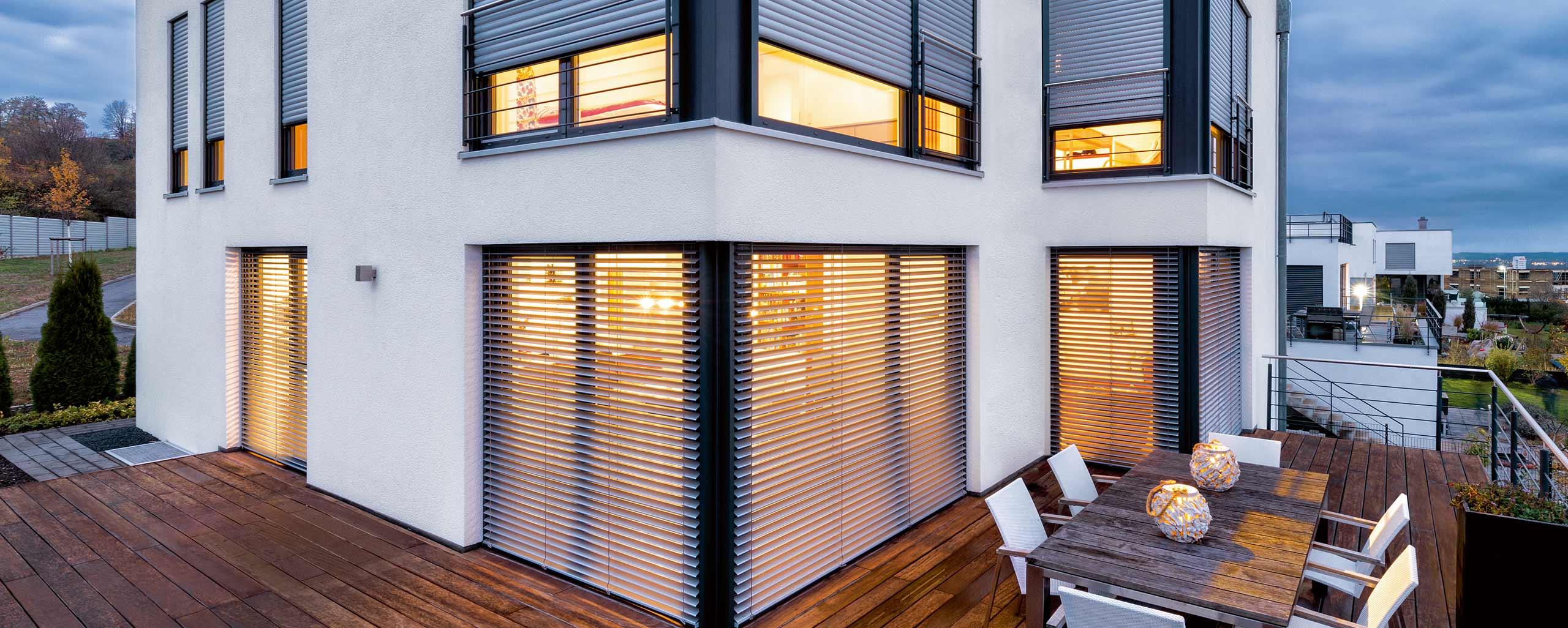 Raffstores und Rollladen von Roma für große Fensterflächen von BWE in Unterschleißheim.